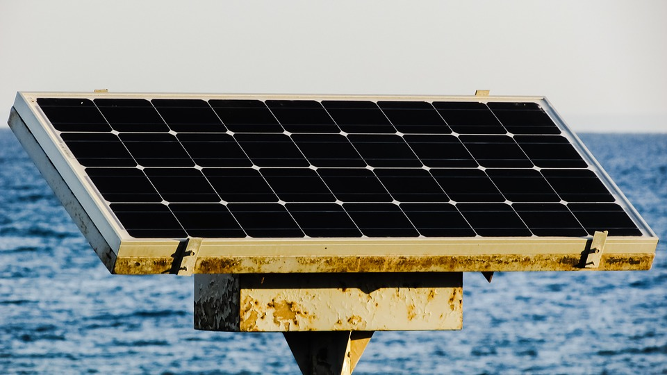 roestig zonnepaneel aan zee